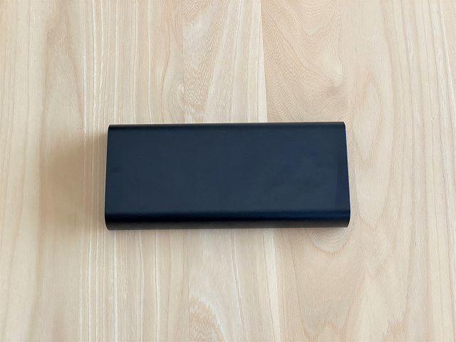 モバイルバッテリー SUPERの背面を真上から撮影した画像
