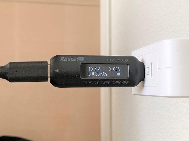 モバイルバッテリー SUPERへ60Wポートを使って充電する際の出力を計測している画像