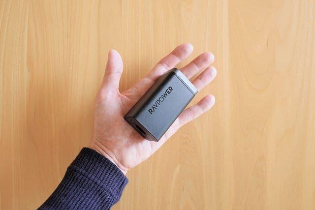 RAVPower RP-PC136を手のひらに載せた状態の画像
