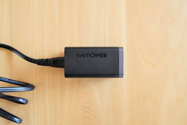 RAVPower RP-PC136に電源ケーブルを接続した状態の画像