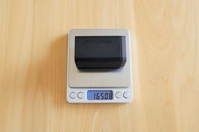 RAVPower RP-PC136の重さを計測している状態の画像
