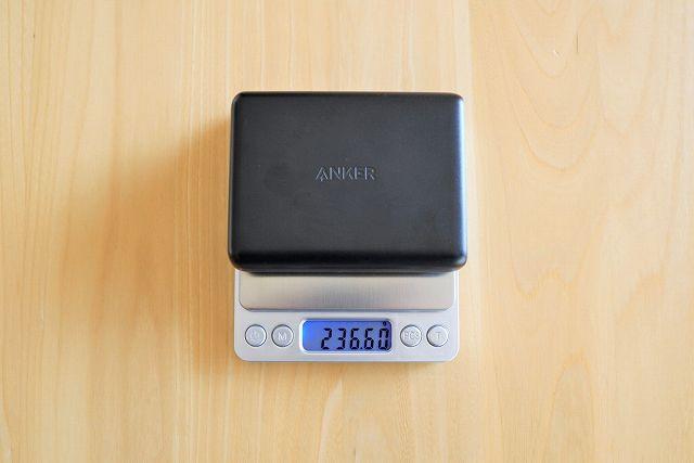 Anker PowerPort I PD - 1 PD & 4 PowerIQの重さを計測している画像