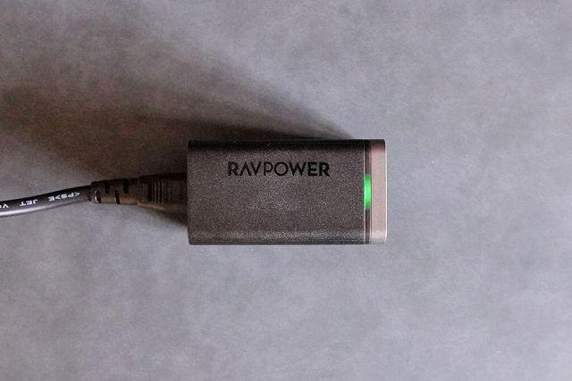 RAVPower RP-PC136に電源ケーブルを接続してLEDが点灯している状態の画像