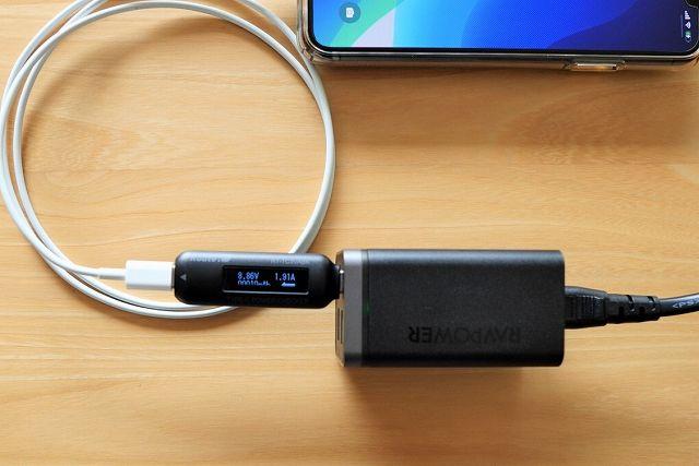 RAVPower RP-PC136でiPhoneに充電する際の出力測定の様子