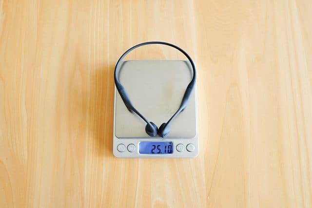 Aeropex Playの重さを計測している状態の画像