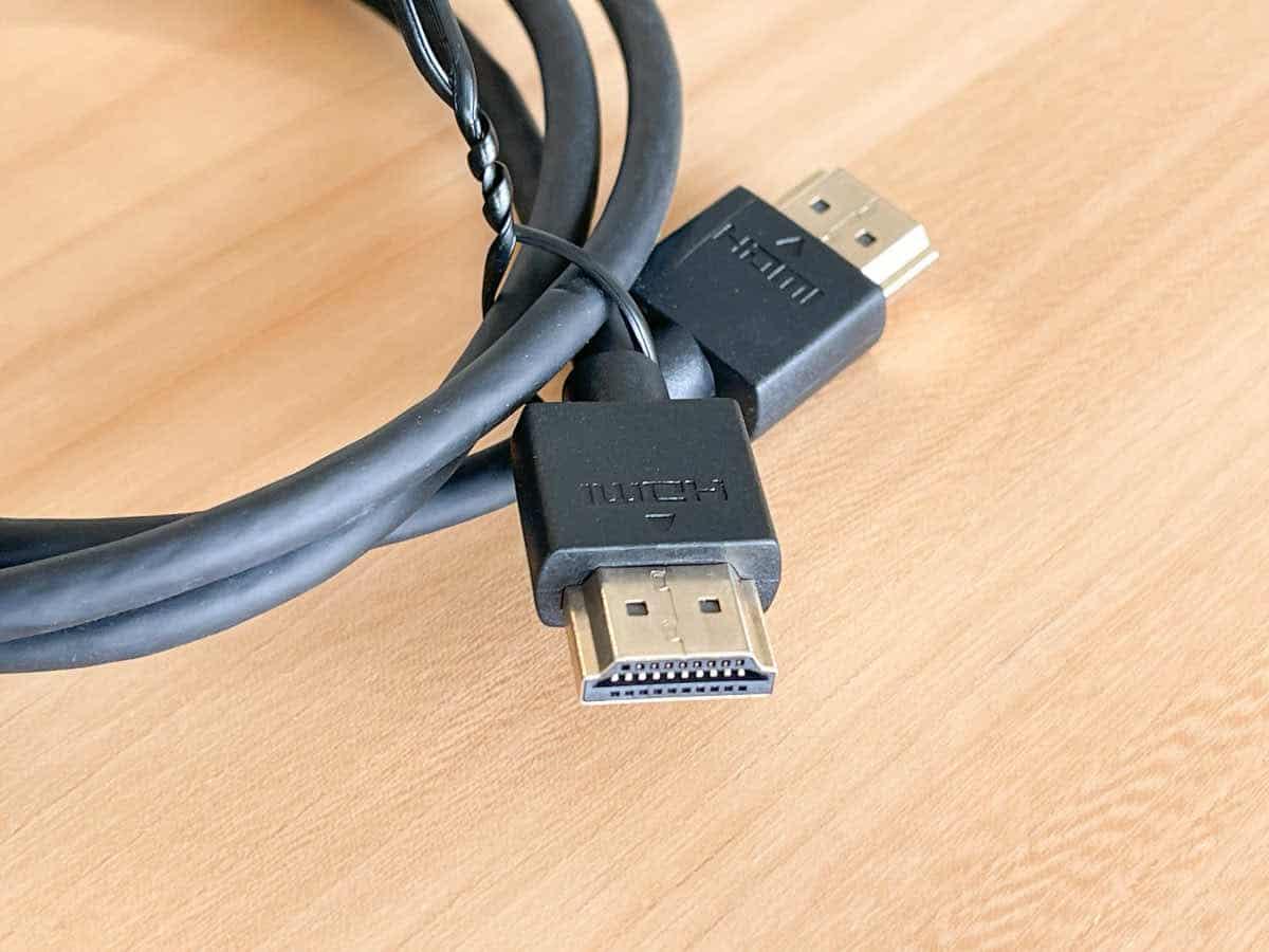 EVICIV EVC-1701 に付属しているHDMIケーブルケーブルの端子部分を拡大した画像