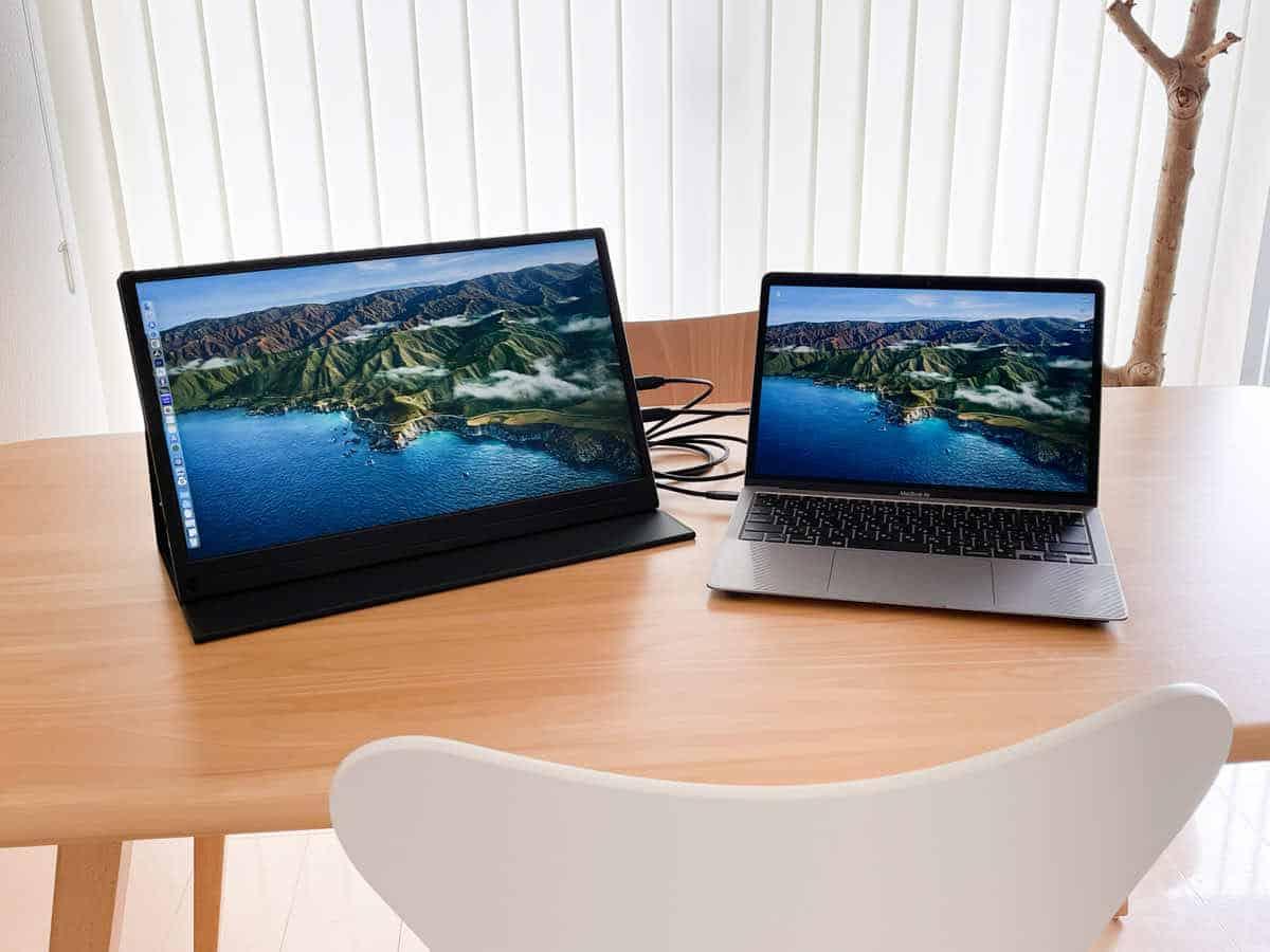 EVICIV EVC-1701 と MacBook Airを接続して並べた状態の画像