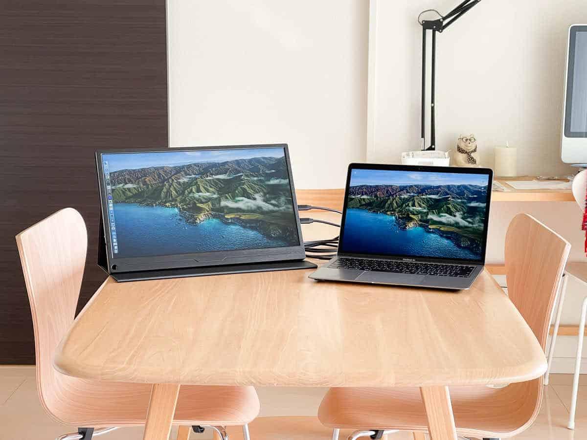 EVICIV EVC-1701 とMacBook Airを並べている画像