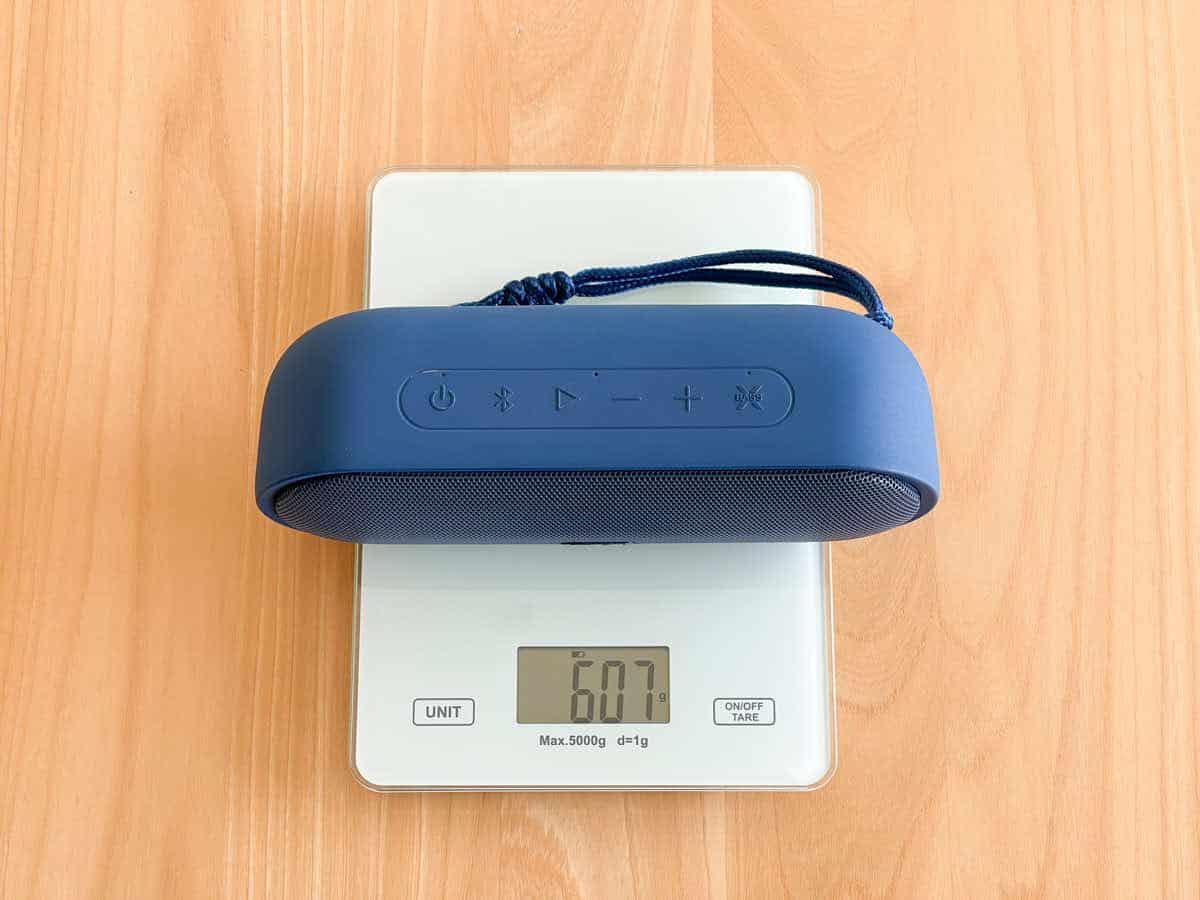 Tribit MAXSound Plusの重さを計測している画像
