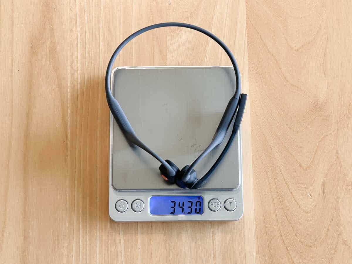 AfterShokz OpneComm の重さを計測している画像