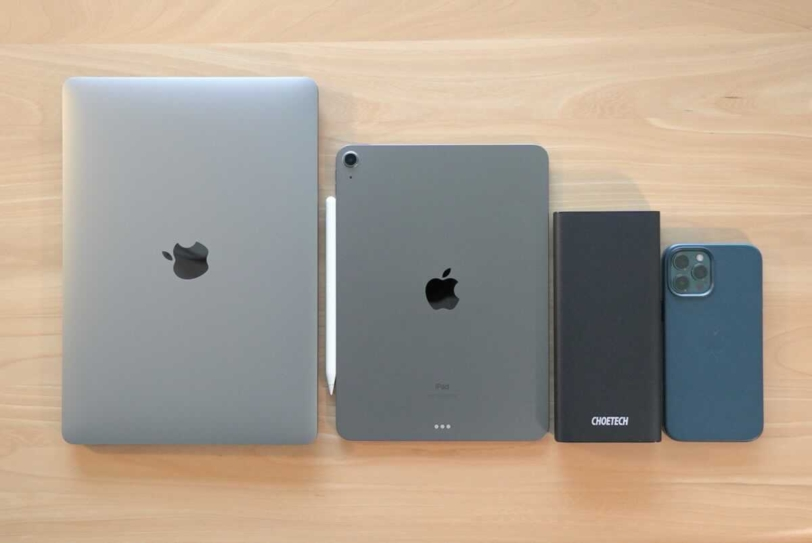CHOETECH B634とMacBook AIrとiPad Air4とiPhone12 Pro Maxを並べた状態の画像