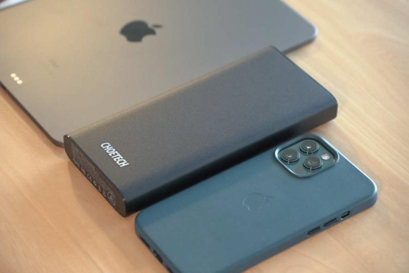 CHOETECH B634とiPhoneとiPadを並べて大きさを比較している状態の画像