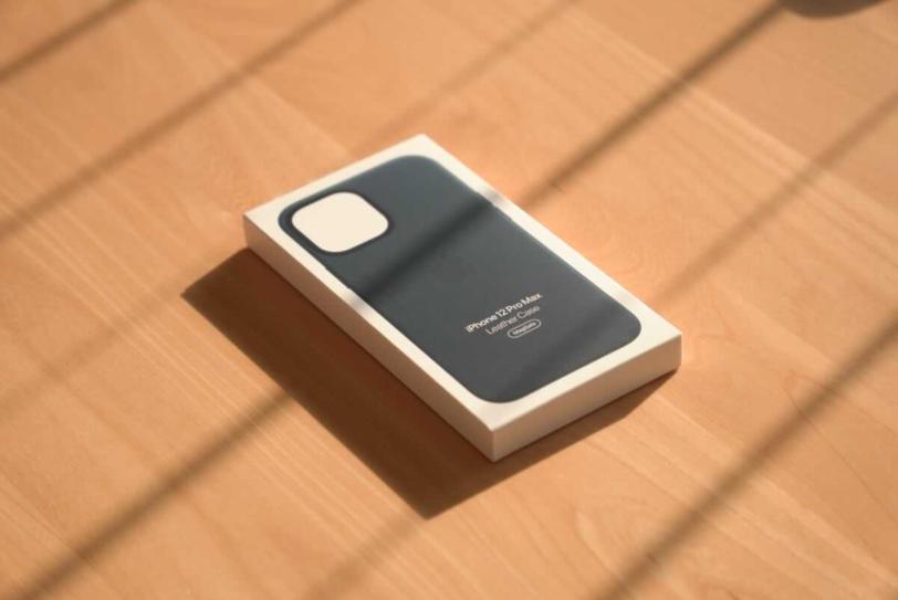 iPhone 12 Pro Max 用Apple純正レザーケース「バルティックブルー」の外箱画像