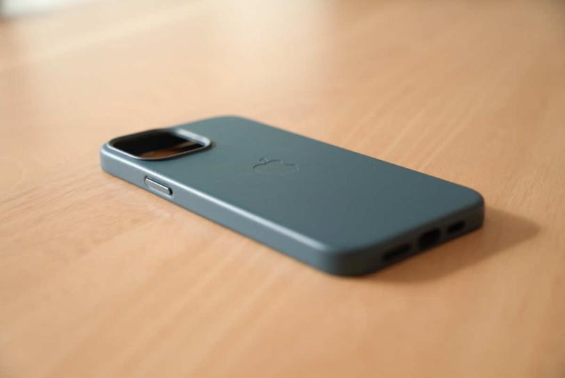 iPhone 12 Pro Max 用Apple純正レザーケース「バルティックブルー」の外観