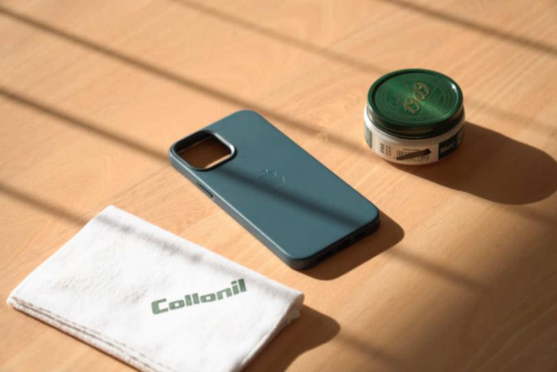 iPhone 12 Pro Max 用Apple純正レザーケース「バルティックブルー」のケアの準備の様子