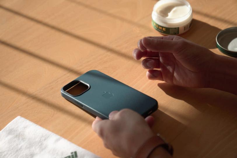 iPhone 12 Pro Max 用Apple純正レザーケース「バルティックブルー」に栄養クリームを塗り込んでいる様子