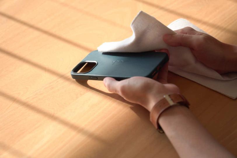 iPhone 12 Pro Max 用Apple純正レザーケース「バルティックブルー」を拭き上げている様子