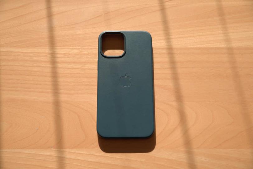 iPhone 12 Pro Max 用Apple純正レザーケース「バルティックブルー」に栄養クリームを塗り込んだ直後の様子