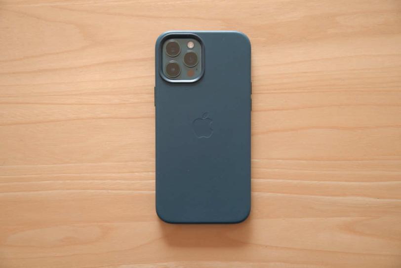 iPhone 12 Pro Max にApple純正レザーケース「バルティックブルー」を装着した状態の背面画像