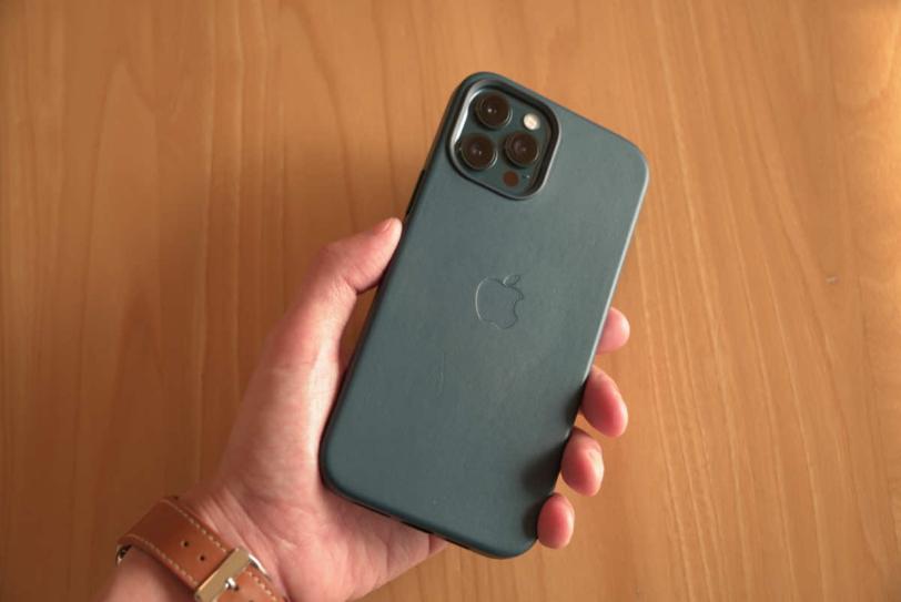 iPhone 12 Pro Max にApple純正レザーケース「バルティックブルー」を装着し手に持っている様子の画像