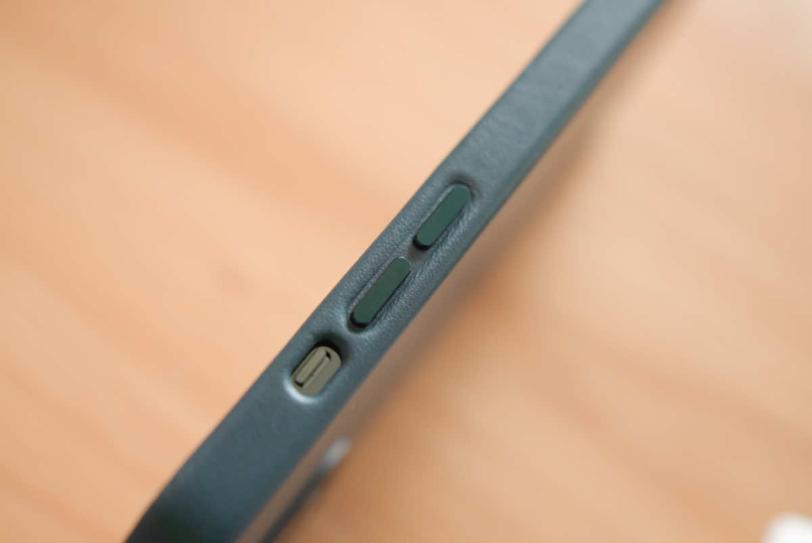 iPhone 12 Pro Max にApple純正レザーケース「バルティックブルー」を装着した状態のミュートスイッチ部分の拡大画像