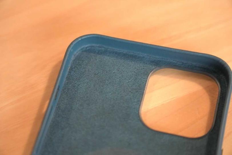 iPhone 12 Pro Max 用Apple純正レザーケース「バルティックブルー」のカメラ部分内側の拡大画像