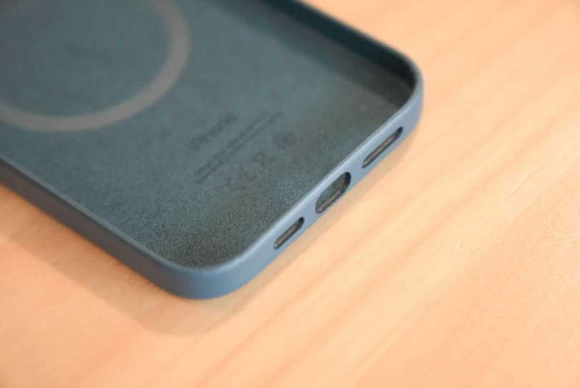 iPhone 12 Pro Max 用Apple純正レザーケース「バルティックブルー」のポート部分内側の拡大画像