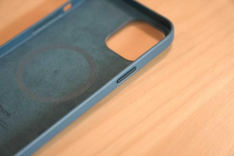 iPhone 12 Pro Max 用Apple純正レザーケース「バルティックブルー」のスリープボタン付近の拡大画像