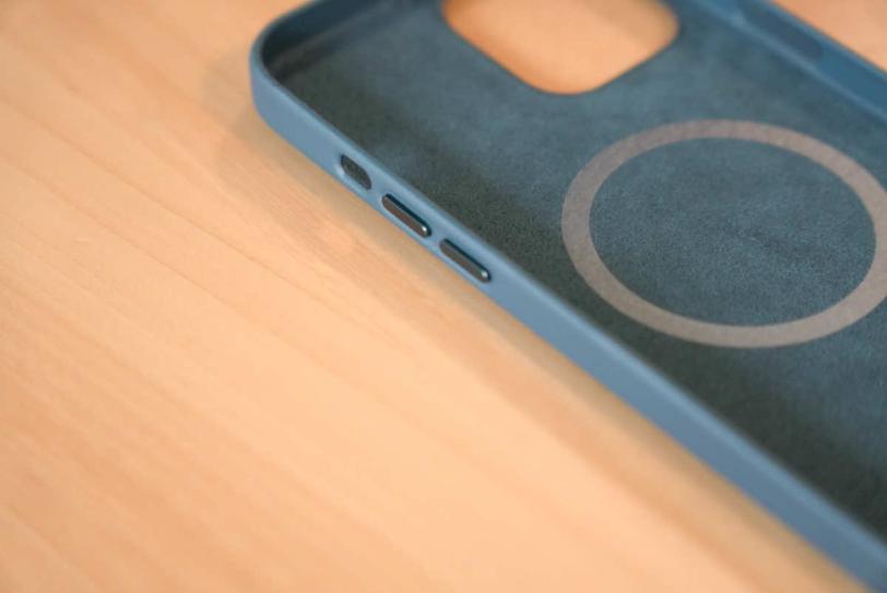 iPhone 12 Pro Max 用Apple純正レザーケース「バルティックブルー」の音量ボタン付近の拡大画像