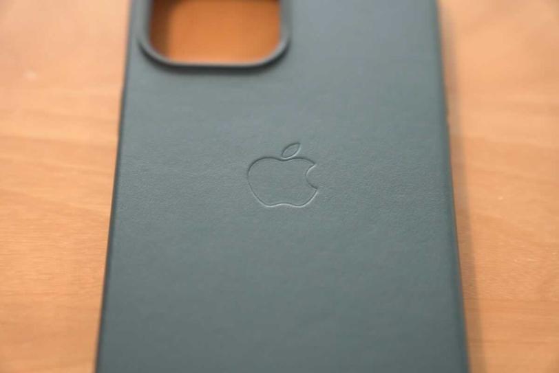 iPhone 12 Pro Max 用Apple純正レザーケース「バルティックブルー」のAppleロゴ部分の拡大画像
