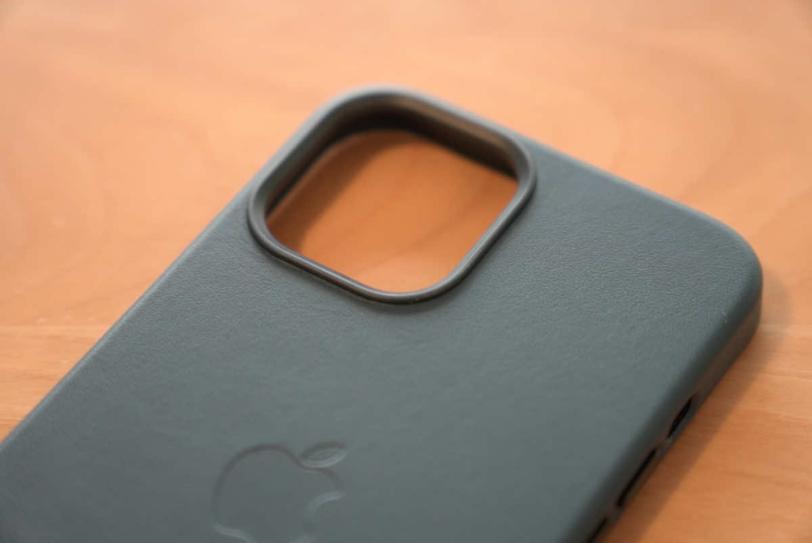 iPhone 12 Pro Max 用Apple純正レザーケース「バルティックブルー」のカメラ周辺部分の拡大画像