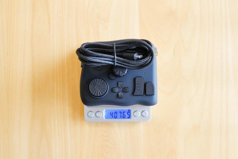 TourBox NEOの重さを計測している画像