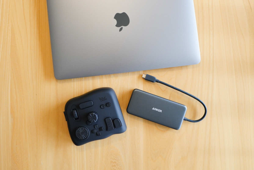TourBox NEOとMacBook AirとTYPE-Cハブの大きさ比較
