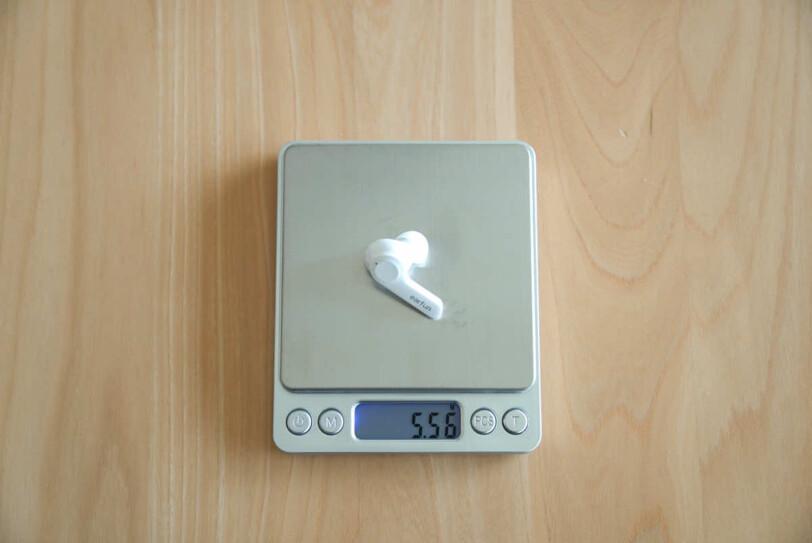 EarFun Airのイヤホン1個の重さを計測している画像