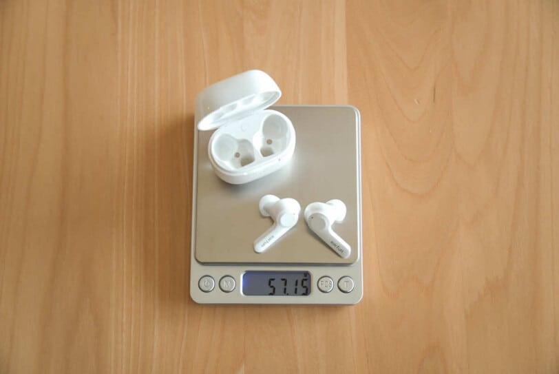 EarFun Airのイヤホンとケースをあわせた重さを計測している画像