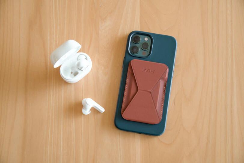 EarFun AirとiPhone12 Pro Maxを並べている画像
