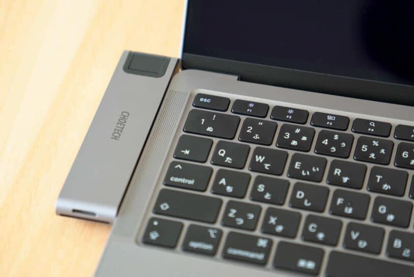 CHOETECH HUB-M24をディスプレイを開いた状態のMacBookに接続すると段差が生じる