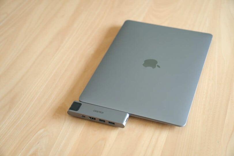 CHOETECH HUB-M24をディスプレイを閉じた状態のMacBookに接続した様子