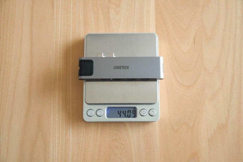 CHOETECH HUB-M24の重さを計測している画像