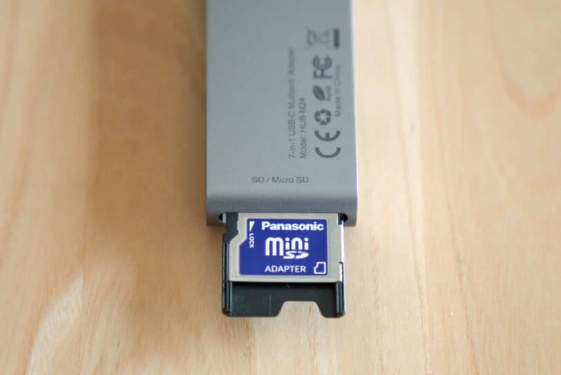 CHOETECH HUB-M24にSDカードを接続した状態の画像