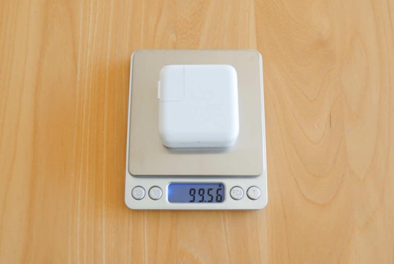 MacBook Air付属の充電器の重さを計測している画像