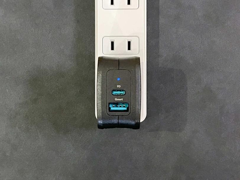 RAVPower RP-PC144をコンセントに接続した状態の画像