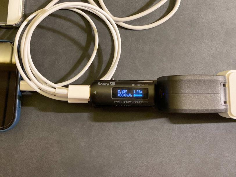 RAVPower RP-PC144でスマホを2台同時に充電している状態の画像
