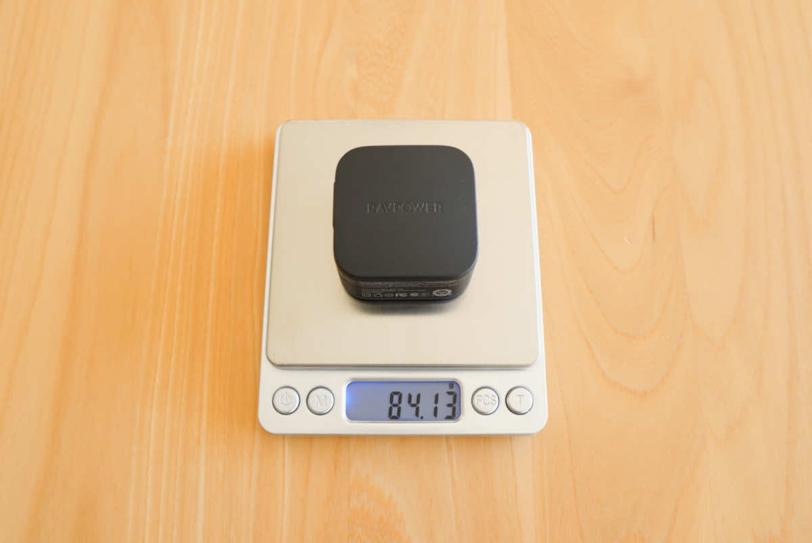 RAVPower RP-PC144の重さを計測している画像