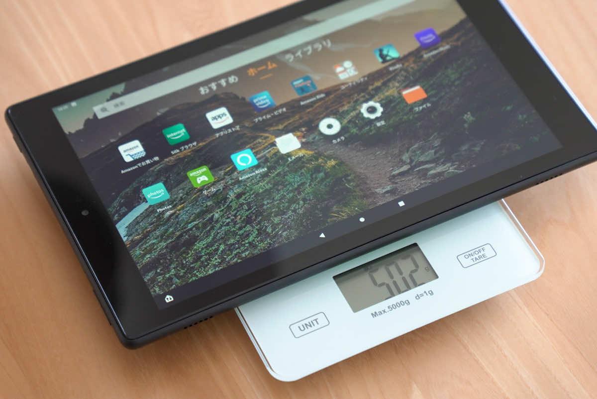 Amazon fire HD 10本体の重さを計測している様子の画像