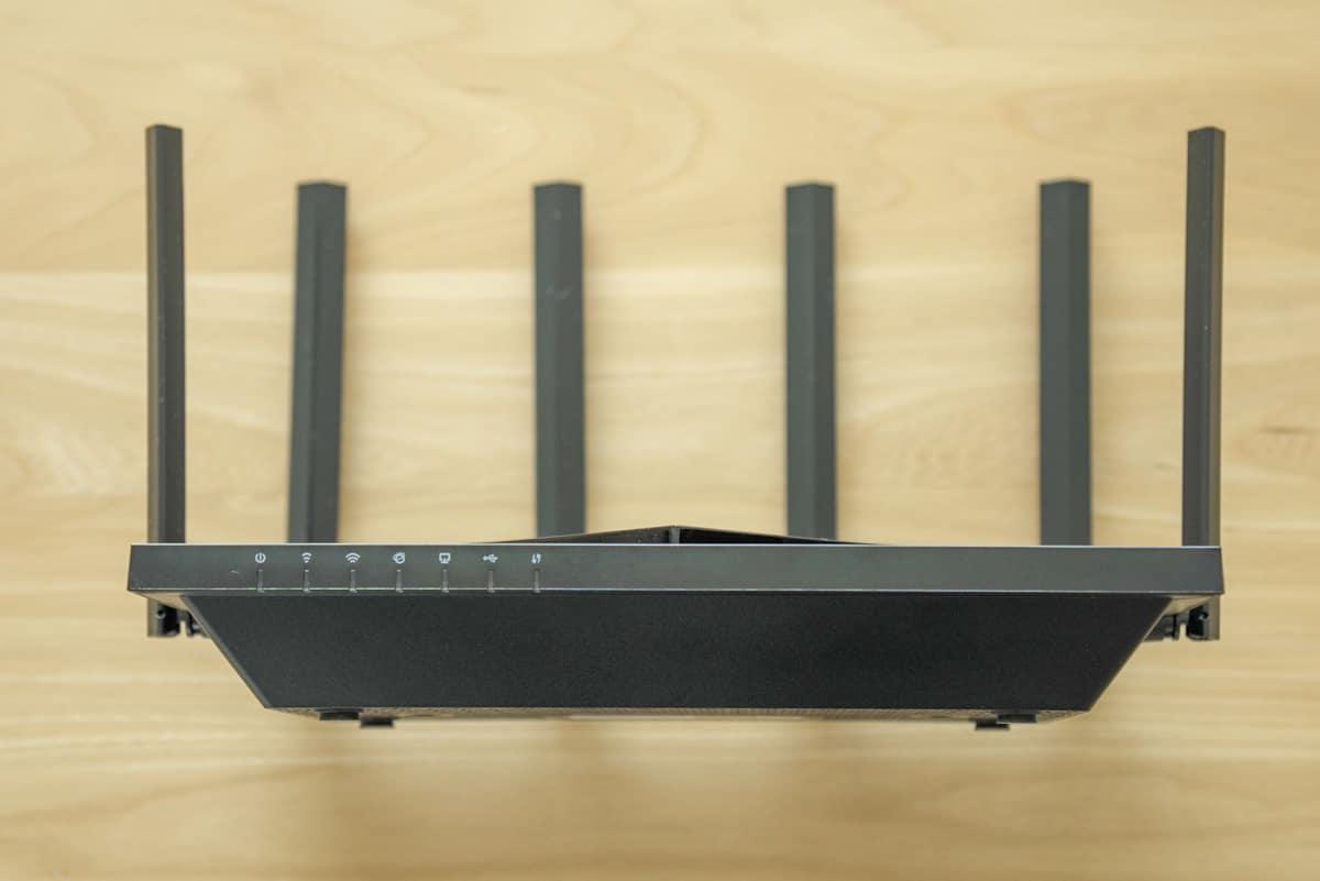 TP-Link Archer AX73 のフロント部分にはLEDインジケーターが搭載されている
