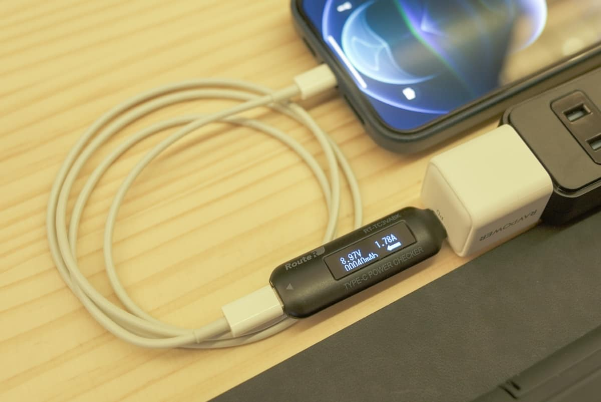 RAVPower RP-PC150でiPhone12 Pro Maxを充電し、その際の出力を計測している画像