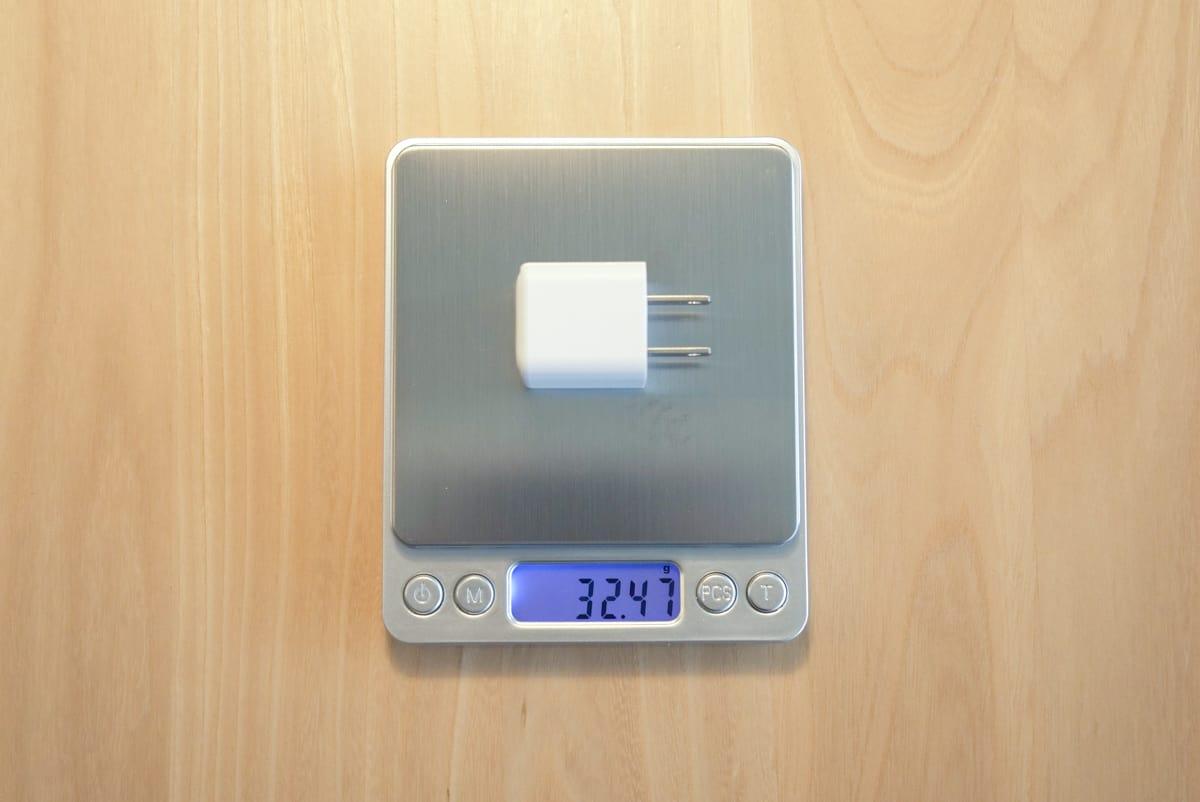 RAVPower RP-PC150の重量を計測している画像