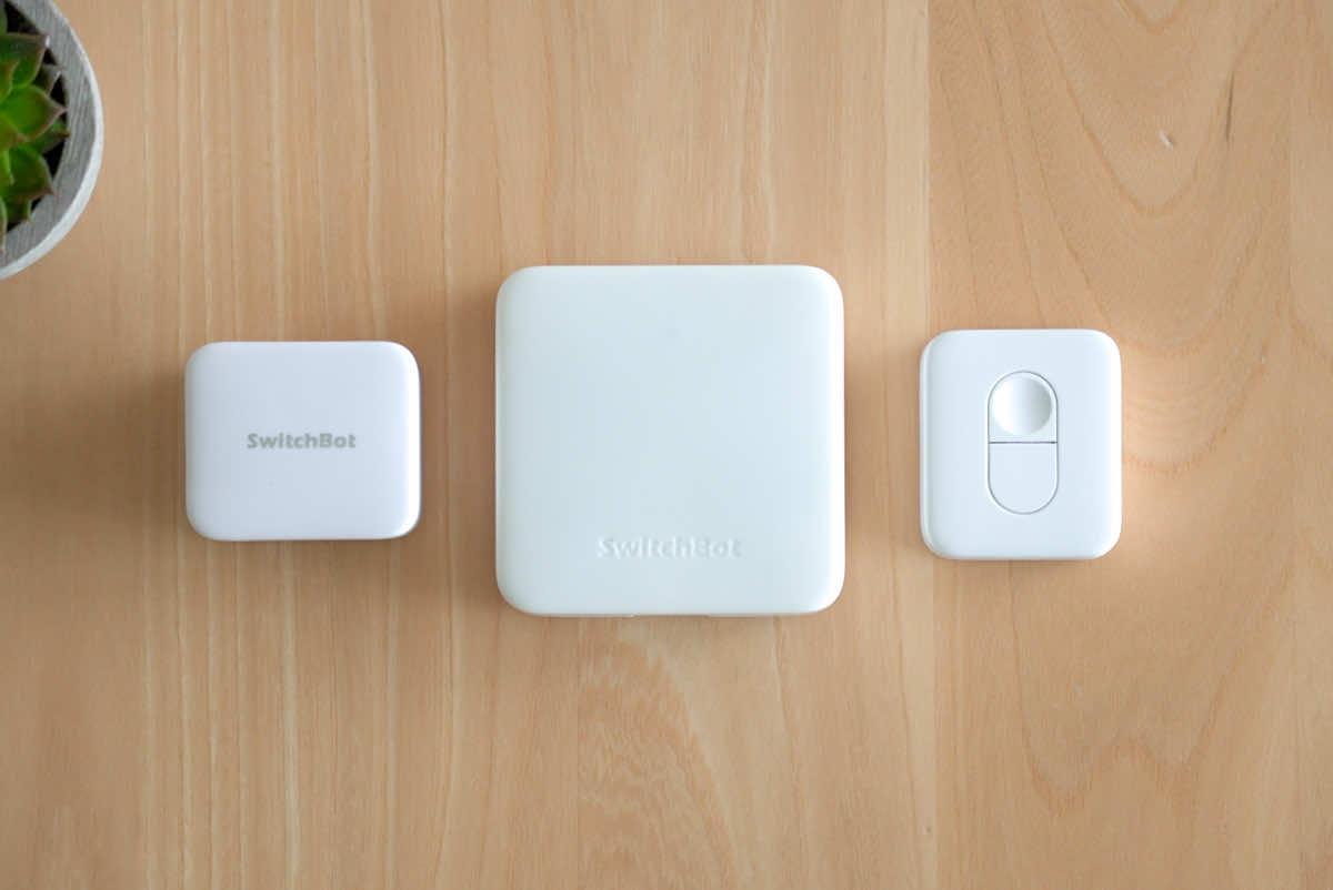 SwitchBot ボット、ハブミニ、リモートボタンを並べている画像