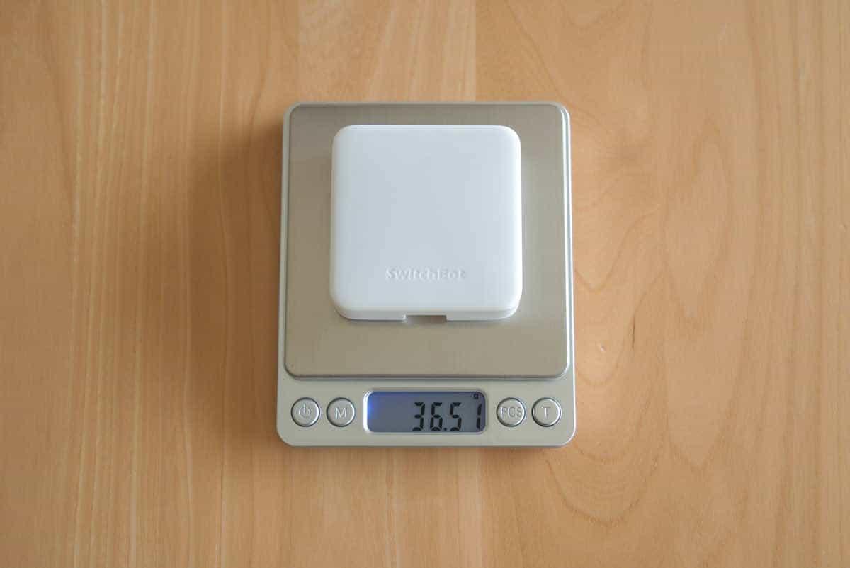 SwitchBot ハブミニの重さを計測している画像